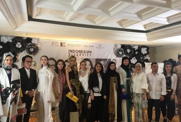 Para perancang memamerkan busana yang akan dibawa ke New York Fashion Week September 2017. Termasuk perancang busana Muslim Vivi Zubedi (kelima dari kanan).