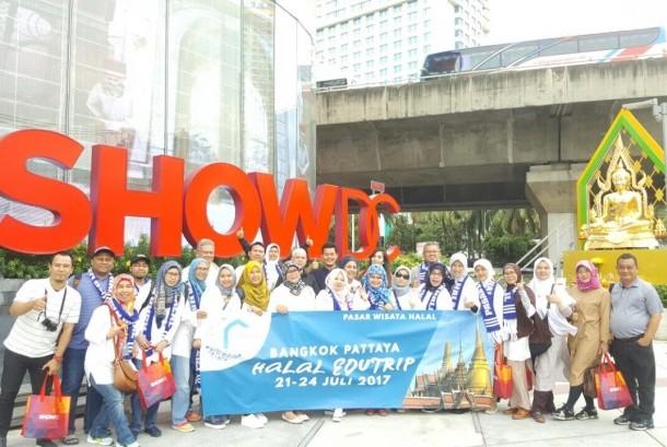 Para peserta  Bangkok Pattaya Halal Edutrip berfoto di depan ShowDC Bangkok, Thailand.