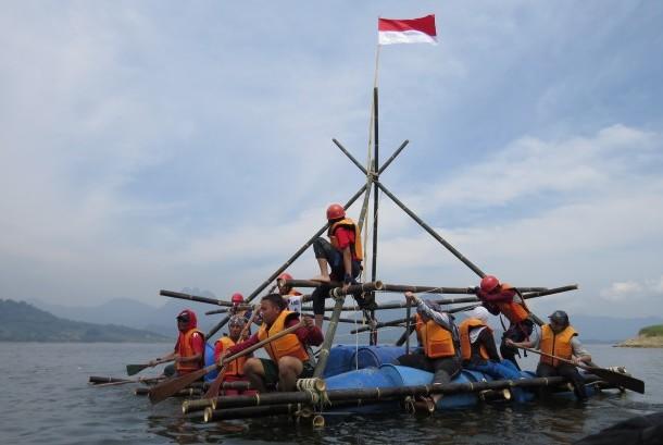Para peserta Ekspedisi Bhinneka Tunggal Ika Bagi Tunas Bangsa berusaha meningkatkan kepedulian, kepemimpinan, dan kerja sama tim di Danau Jatiluhur, Purwakarta, Jawa Barat, Ahad (20/8).