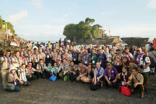 Para peserta pertemuan Pimpinan Pramuka se-Asia Pasifik ke-9 foto bersama di Tanah Lot