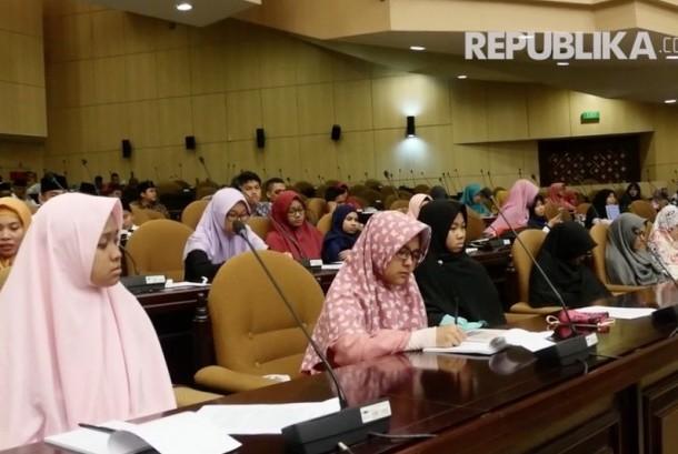 Para santriwati saat berkunjung ke gedung parlemen, Senin (23/10).
