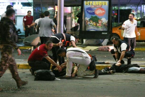 Paramedis mengevakuasi korban serangan bom bunuh diri di bandara Internasional Ataturk, Istambul , Turki, (28/6).