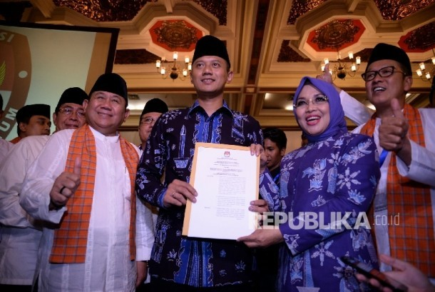 Pasalon Gubernur dan Wagub DKI Jakarta Agus H Yudhoyono- Sylviana Murni bersama tim pemenangan berfoto usai rapat pleno penetapan calon gubernur dan wakil gubernur di Jakarta, Senin (24/10). (Republika/Prayogi)
