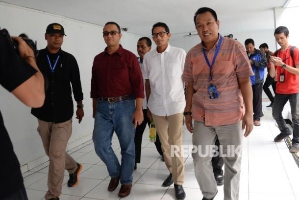 Pasangan bakal calon gubernur dan calon wakil gubernur DKI Jakarta Anies Baswedan dan Sandiaga Uno sebelum tes bebas narkoba di BNN, Jakarta, Ahad (25/9).