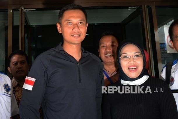 Pasangan bakal calon gubernur dan calon wakil gubernur DKI Jakarta Agus Harimurti Yudhoyono dan Sylviana Murni seusai menjalani tes bebas narkoba di BNN, Jakarta, Ahad (25/9).