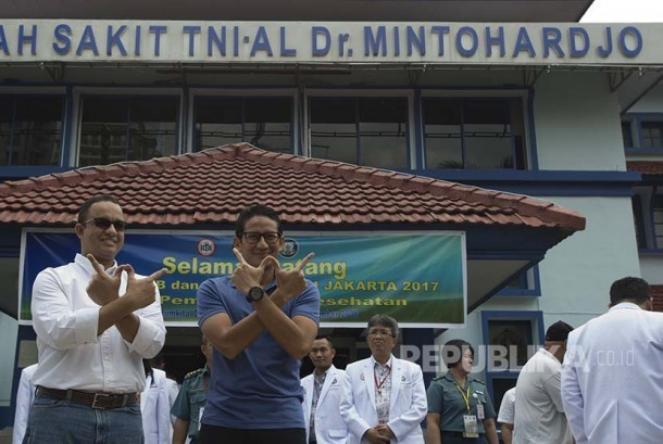 Pasangan Cagub dan Cawagub DKI Jakarta Anies Baswedan (kiri) dan Sandiaga Uno (kedua kiri) berpose saat tiba sebelum menjalani tes kesehatan di RSAL Mintohardjo, Jakarta, Sabtu (24/9).