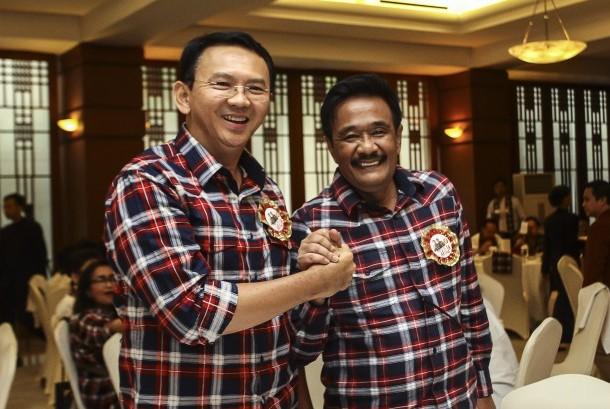 Pasangan Calon Gubernur dan Wakil Gubernur DKI Jakarta Basuki Tjahaja Purnama atau Ahok (kiri) dan Djarot Saiful Hidayat (kanan) berjabat tangan saat menghadiri acara penggalangan dana kampanye Ahok-Djarot di Jakarta, Minggu (27/11).