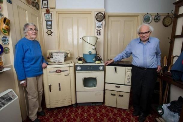 Pasangan Sydney dan Rachel Saunders bersama peralatan rumah mereka yang berusia lebih dari 50 tahun.