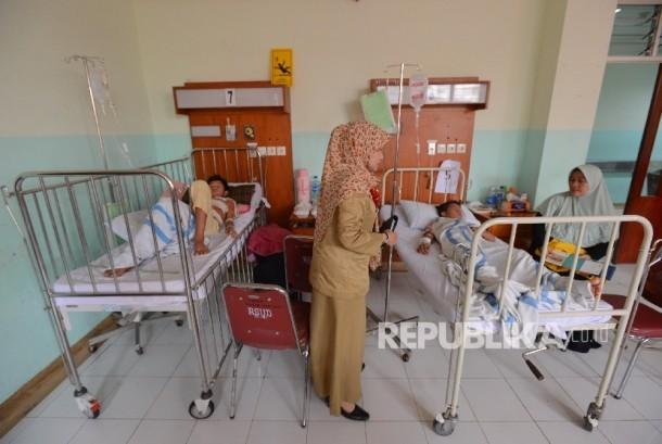 Pasien Demam Berdarah Dengue (DBD) menjalani perawatan di Rumah Sakit Daerah Depok, Sawangan, Jawa Barat, Rabu (27/1). (Republika/Raisan Al Farisi)
