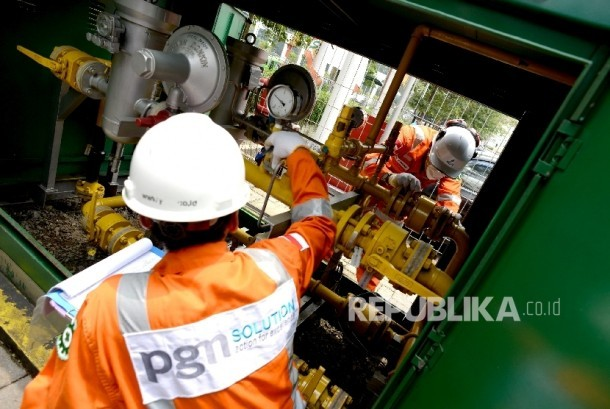 Pasokan Gas untuk Pusat Perbelanjaan. Petugas PT PGN memeriksa instalasi pipa gas Metering Regulating Station (MRS) di Bogor, Jawa Barat, Kamis (28/9).