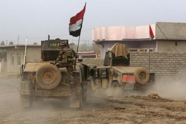 Pasukan elit kontraterorisme memasuki posisi ISIS di Desa Tob Zawa, sekitar sembilan kilometer dari Mosul, Irak, 25 Oktober 2016.