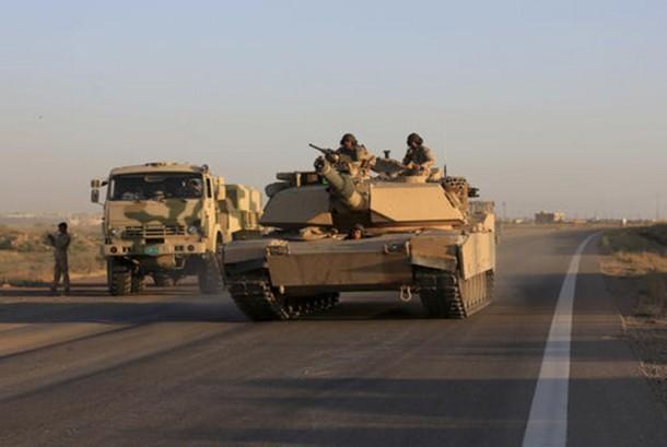 Pasukan militer Iraq bersiap melakukan penyerbuan ke basis ISIS di kota Fallujah, Senin (30/5). (AP/Khalid Mohammed)