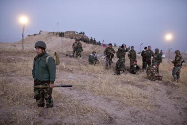 Pasukan Peshmerga Kurdi berkumpul sebelum memasuki Nawaran untuk melawan ISIS, sekitar 20 kilometer dari Mosul, Kamis, 20 Oktober 2016.