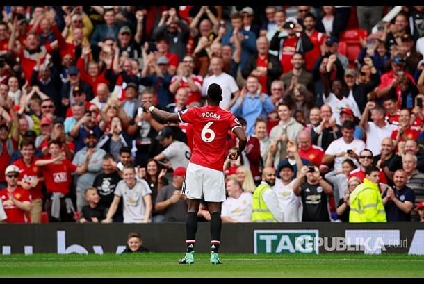 Paul Pogba merayakan gol-nya ke gawang Westham United di Stadion OId Trafford, Manchester, Ahad (13/8) malam.