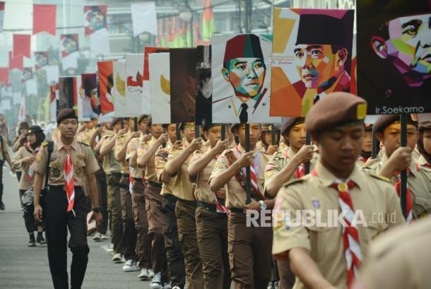 Pawai Seni Budaya: Barisan Pramuka membawa gambar Sukarno pada peringatan Pidato Bung Karno 1 Juni 1945, di depan Gedung Merdeka, Jl Asia Afrika, Kota Bandung, Rabu (1/6).