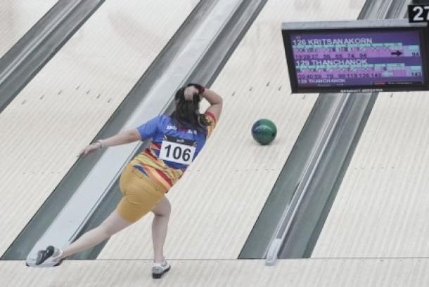 Peboling putri Indonesia Tannya Roumimper melempar bola ketika turun dalam nomor individu putri SEA Games XXIX Kuala Lumpur di Sunway Piramid, Malaysia, Ahad (20/8).