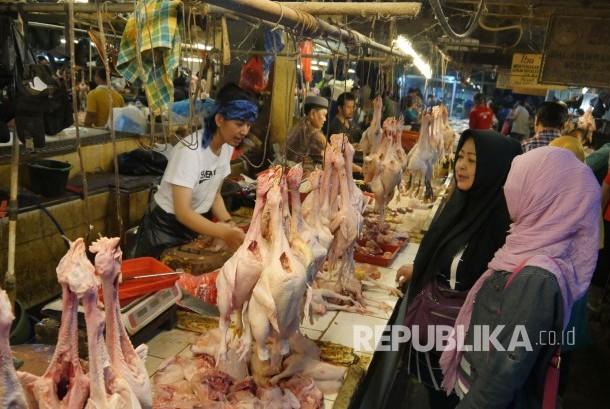 Pedagang daging ayam melayani pembeli, ilustrasi