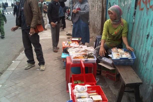 Pedagang kaki lima tampak berdagang di selasar Stasiun Tanah Abang, Jakarta