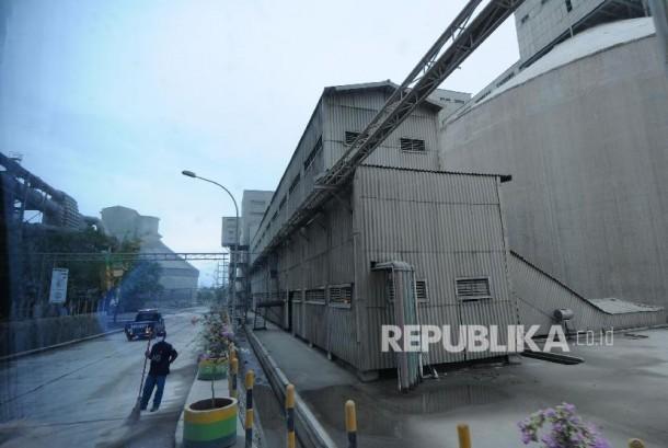 Pekerja beraktifitas di pabrik semen milik PT Semen Indonesia (Persero) Tbk di Sumber Arum, Kerek, Tuban, Jawa Timur.