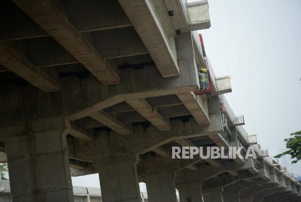 Pekerja beraktivitas di proyek pembangunan jalan tol Bekasi-Cawang-Kampung Melayu (Becakayu), Jakarta. (ilustrasi)