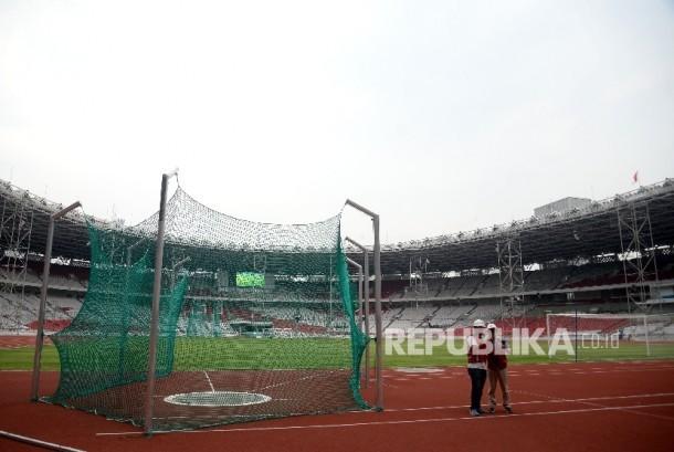 Pekerja beraktivitas disekitar proyek renovasi Stadion Utama Gelora Bung Karno (SUGBK) di Senayan, Jakarta, Selasa (3/10).