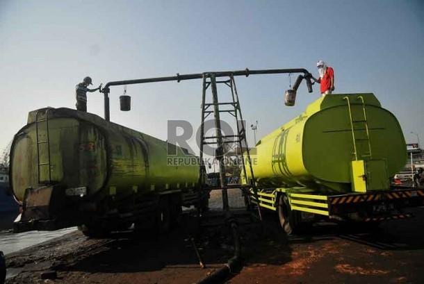 Pekerja melakukan bongkar muat minyak kelapa sawit mentah atau Crude Palm Oil (CPO) di Pelabuhan Tanjung Priok, Jakarta, Jumat (19/9).(Republika/Prayogi)