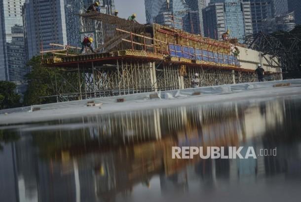 Pekerja melakukan proses pengerjaan venue aquatic Asian Games 2018 di Kompleks Gelora Bung Karno, Jakarta, Jumat (24/3).