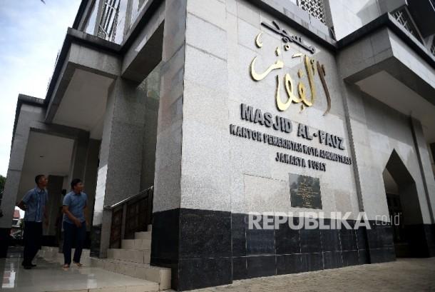 Pekerja melihat pemeriksaan yang dilakukan tim penyidik Bareskrim Polri saat melakukan pemeriksaan fisik Masjid Al-Fauz di Kantor Walikota Jakarta Pusat, Senin (16/1).