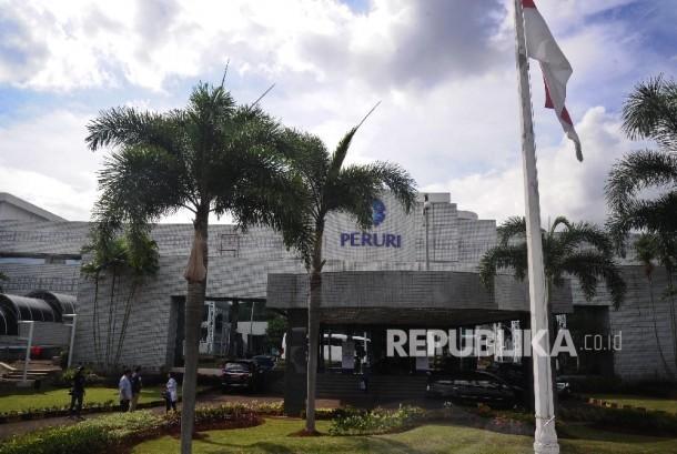 Pekerja melintas di Perusahaan Umum Percetakan Uang Indonesia (Peruri), Karawang, Jawa Barat, Rabu (18/1).