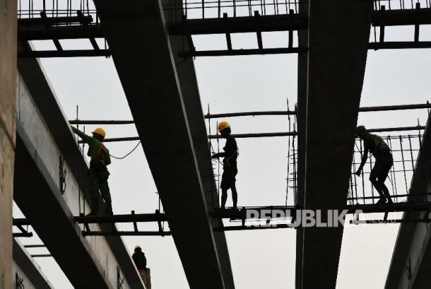 Pekerja memasang rangka konstruksi di ruas pembangunan fly over di sepanjang Kalimalang, Jakarta, Jum'at (9/9). (Republika / Darmawan)