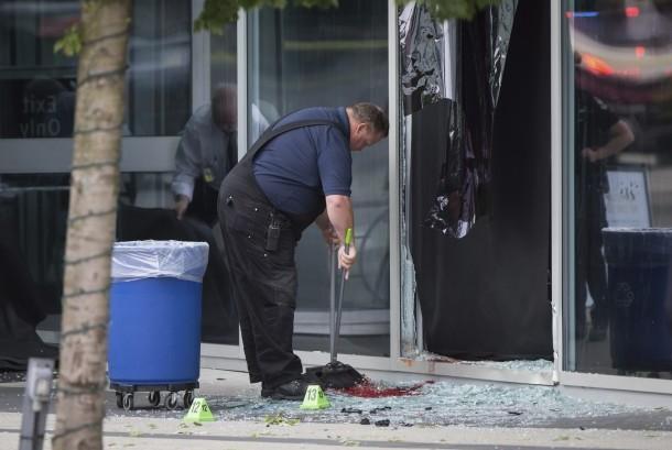 Pekerja membersihkan noda darah akibat stuntwoman untuk film Deadpool 2 yang mengalami kecelakaan menerobos kaca dan tewas, (14/8), di Vancouver, Kanada.