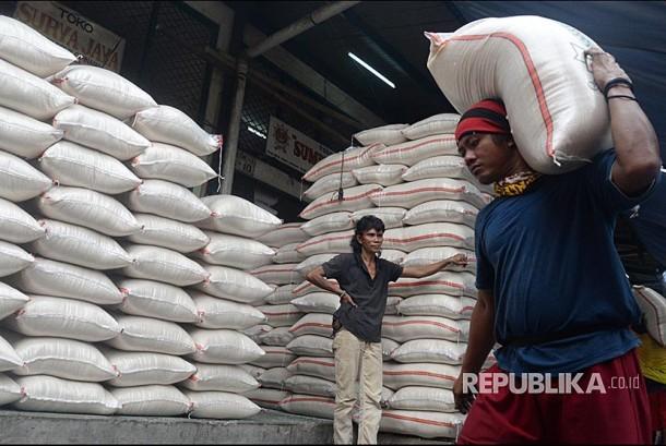 Pekerja memikul beras di Pasar Induk Beras Cipinang Jakarta, Ahad (24/9). Pasar Induk Beras Cipinang harga tertinggi beras kualitas medium yakni Rp 9.000/kg, sementara untuk harga tertinggi beras kualitas premium, yakni Rp 11.400/kg. Harga beras yang ditetapkan itu sudah sesuai aturan dari Menteri Perdagangan tentang Harga Eceran Tertinggi (HET) beras kualitas medium dan premium.