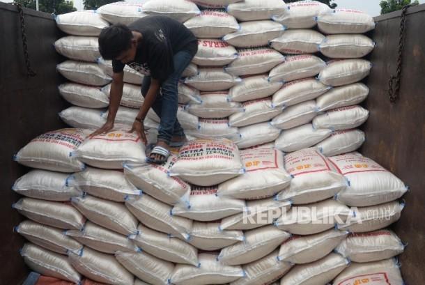 Pekerja memilah beras di Pasar Induk Beras Cipinang, Jakarta Timur, Kamis (13/4).
