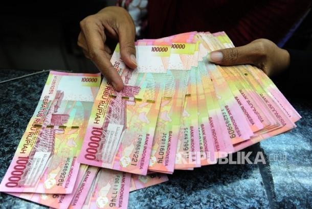 Pekerja menghitung uang rupiah di salahsatu tempat penukaran, Jakarta, Jumat (2\12).