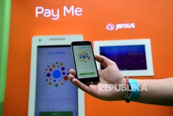 Pekerja menjalankan aplikasi Jenius saat diluncurkan di Jakarta, Kamis (118). (Republika/Tahta Aidilla)