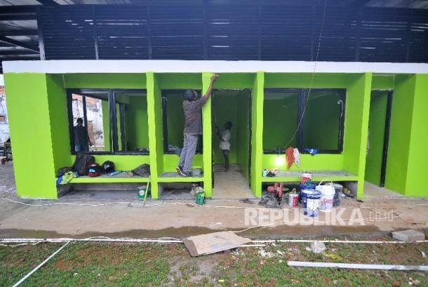 Tak hanya RPTRA Intiland Teduh, di tempat lain pekerja menyelesaikan pembangunan Ruang Publik Ramah Terpadu (RPTRA) di Jalan Simpang Tiga Kalibata, Jakarta Selatan, Senin (2/10).