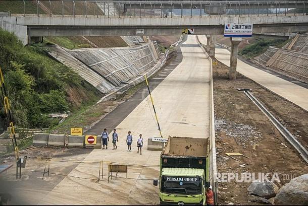 Pekerja menyelesaikan proyek Tol Cileunyi-Sumedang-Dawuan (Cisumdawu), di Rancakalong, Sumedang, Jawa Barat, Kamis (9/11).