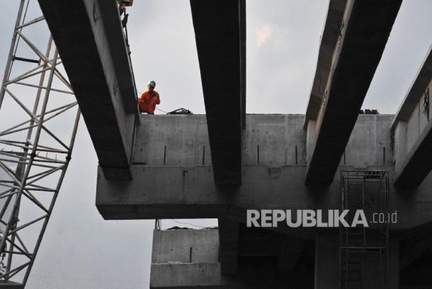 Pekerja sedang menyelesaikan pembangunan infrastruktur di Bekasi, Jawa Barat, Ahad (19\2).