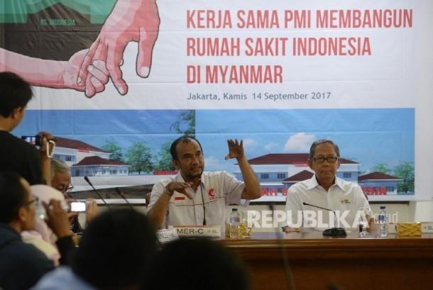 Pelaksana Harian Ketua Umum Palang Merah Indonesia (PMI) Ginandjar Kartasasmita (kanan), bersama Presidium Mer-C Sarbini Abdul Murad menyampaikan keterangan pembangunan Rumah Sakit Indonesia di Myanmar di kantor PMI, Jakarta, Kamis (14/9).