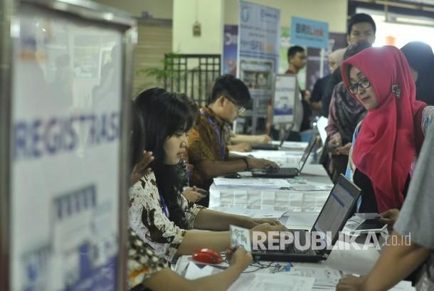 Pelaku UMKM melakukan registrasi saat berpartisipasi dalam program gerakan meng-online-kan 100.000 UMKM, di Pasar Ciroyom, Kota Bandung, Jumat (31/3).