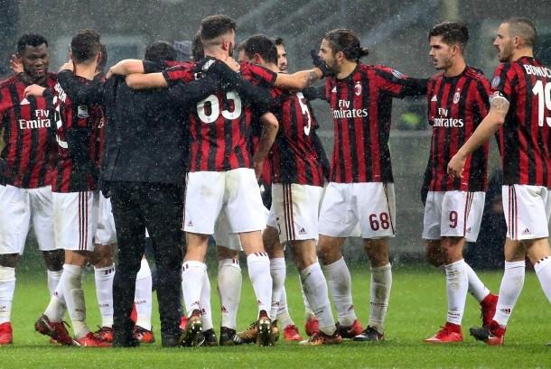 Pelatih AC Milan Gennaro Gattuso (ketiga dari kiri) menyelamati pemainnya saat pertandingan Serie A antara AC Milan dan FC Bologna di Stadion San Siro, Milan, Italia, Senin (10/12) dini hari WIB.