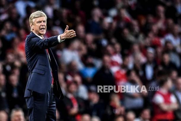 Pelatih Arsenal Arsene Wenger pada pertandingan perdana antara Arsenal melawan Leicester City di London, Sabtu (11/8).
