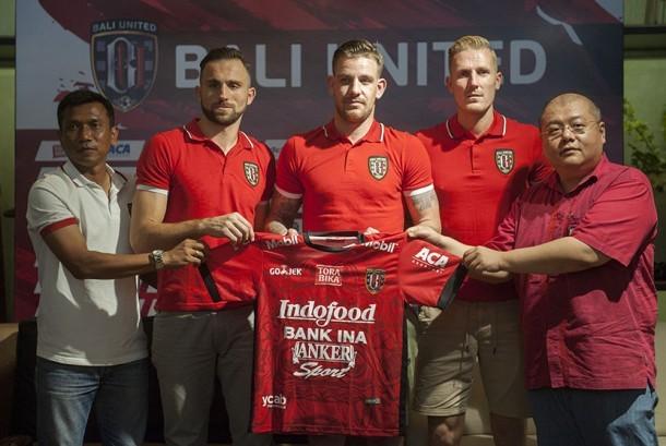 Pelatih Bali United, Widodo Cahyono Putro (kiri) bersama CEO Bali United Yabes Tanuri (kanan) memperkenalkan tiga pemain inti yaitu Ilija Spasojevic (kedua kiri), Kevin Brands (tengah) dan Nick Van Der Velden (kedua kanan) dalam konferensi pers di Denpasar, Bali, Kamis (14/12).