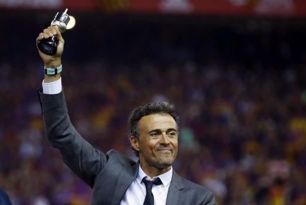 Pelatih Barcelona, Luis Enrique mengangkat miniatur trofi Copa del Rey setelah timnya berhasil mengalahkan Deportivo Alaves, Ahad (28/5) dini hari WIB.