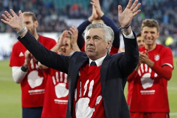 Pelatih Bayern Muenchen, Carlo Ancelotti memimpin timnya merayakan gelar Bundesliga musim ini setelah berhasil mengalahkan Wolfsburg, 6-0.