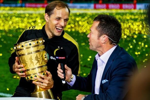 Pelatih Borussia Dortmund, Thomas Tuchel (kiri) setelah timnya berhasil menjuarai DFB Pokal, Ahad (28/5) dini hari WIB.