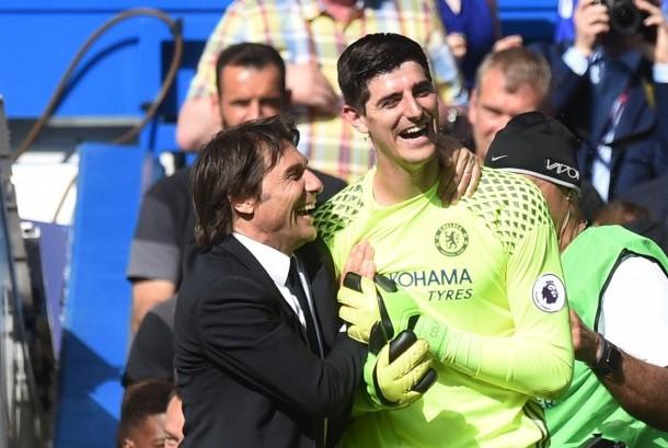 Pelatih Chelsea Antonio Conte (kiri) dan Thibaut Courtois (kanan).