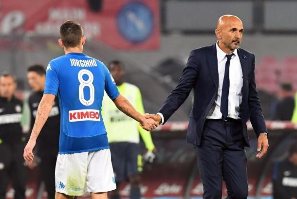 Pelatih Inter Milan, Luciano Spalletti (kanan) bersalaman dengan pemain Napoli, Jorginho pada laga Serie A di Stadion San Paolo, Ahad (22/10) dini hari WIB. Laga berakhir imbang tanpa gol.