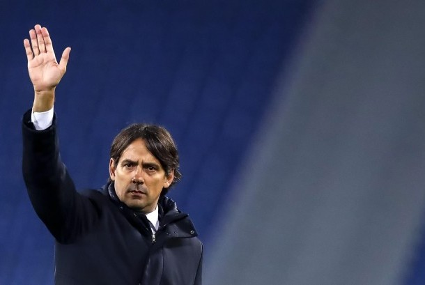 Pelatih Lazio Simone Inzaghi melambaikan tangan pada akhir pertandingan grup Liga Europa UEFA antara SS Lazio dan SBV Vitesse di Stadion Olimpiade Roma, Italia, Jumat (24/11).