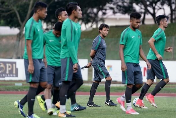 Pelatih Luis Milla (ketiga kanan) memimpin latihan Timnas U-22 sebelum berlaga pada SEA Games XXIX Kuala Lumpur 2017 di Stadion UKM, Bangi, Selangor, Malaysia, Senin (14/8).